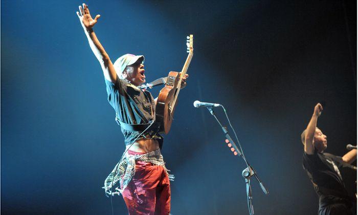 Manu Chao recordó a las víctimas del diciembre negro de 2001 con un show intenso en Rosario