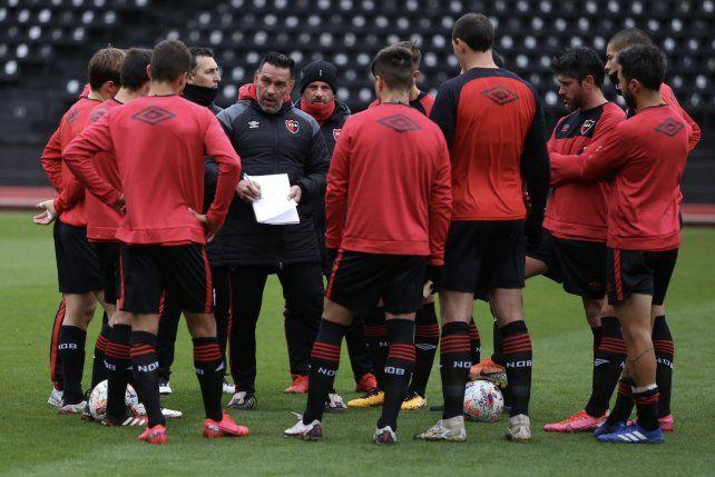 Gamboa les explica a sus jugadores algunos movimientos.