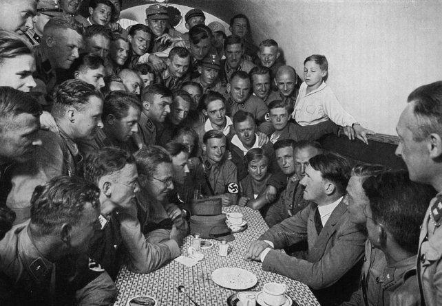 Hitler en una fiesta nazi