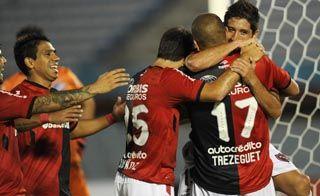 Todos los abrazos son para el goleador. Casco y Muñoz saludan a Trezeguet.