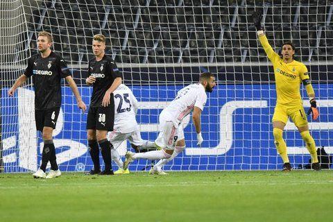 Karim Benzema festeja su gol, que inició la remontada merengue a los 87