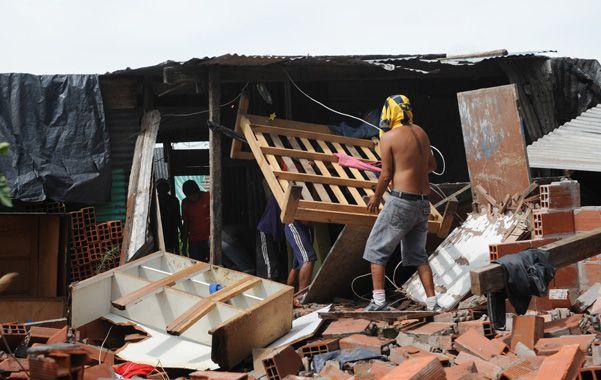 a palazos. Luego del crimen vecinos destrozaron la casa del acusado.