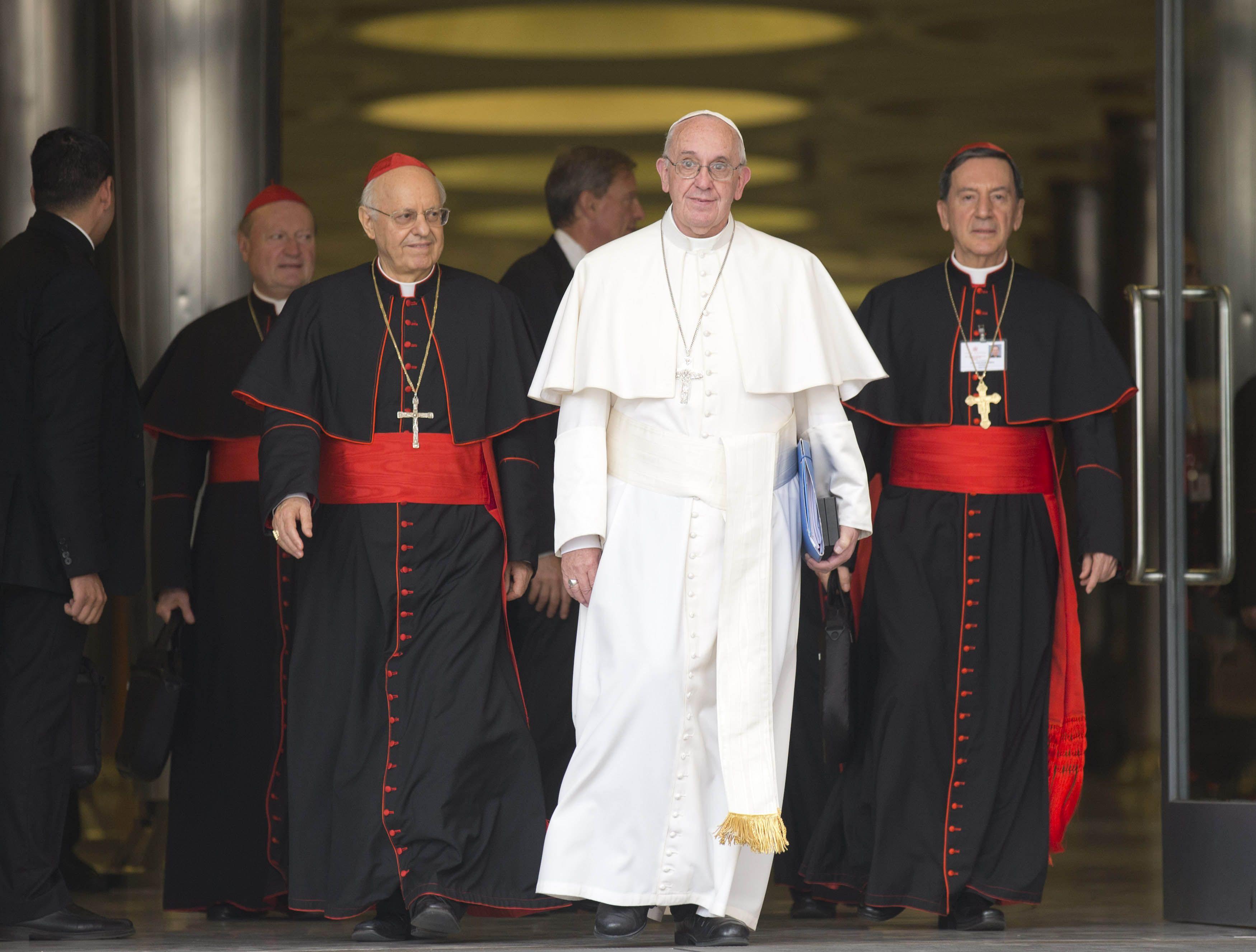Alerta. El Papa sale del sínodo flanqueado por los cardenales Lorenzo Baldisseri (izq.) y Rubén Salazar Gómez (der.). (AP)