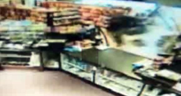 Intentó atropellar a su novia, destrozó un minimarket, robó un auto y chocó con un camión
