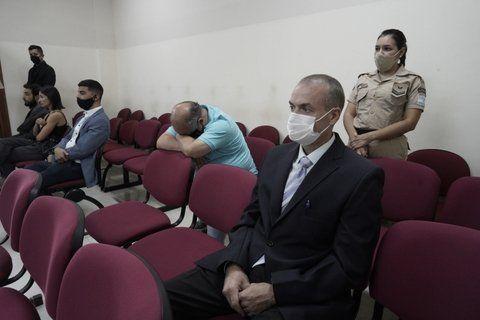 El ex jefe policial Alejandro Druetta escucha el fallo mientras el ex policía Juan Delmastro oculta su rostro tras recibir la sentencia.