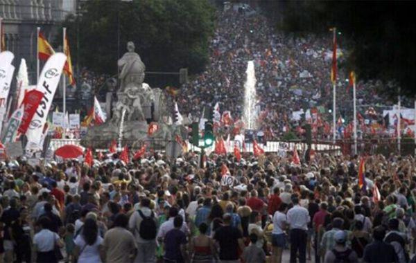 """La protesta fue bajo el lema """"Quieren arruinar el país. Hay que impedirlo. Somos más""""."""