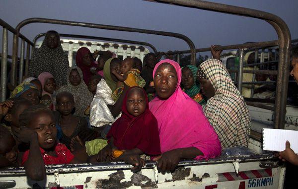 Mujeres y niños en el momento en que eran rescatados y enviados a campos de refugiados.