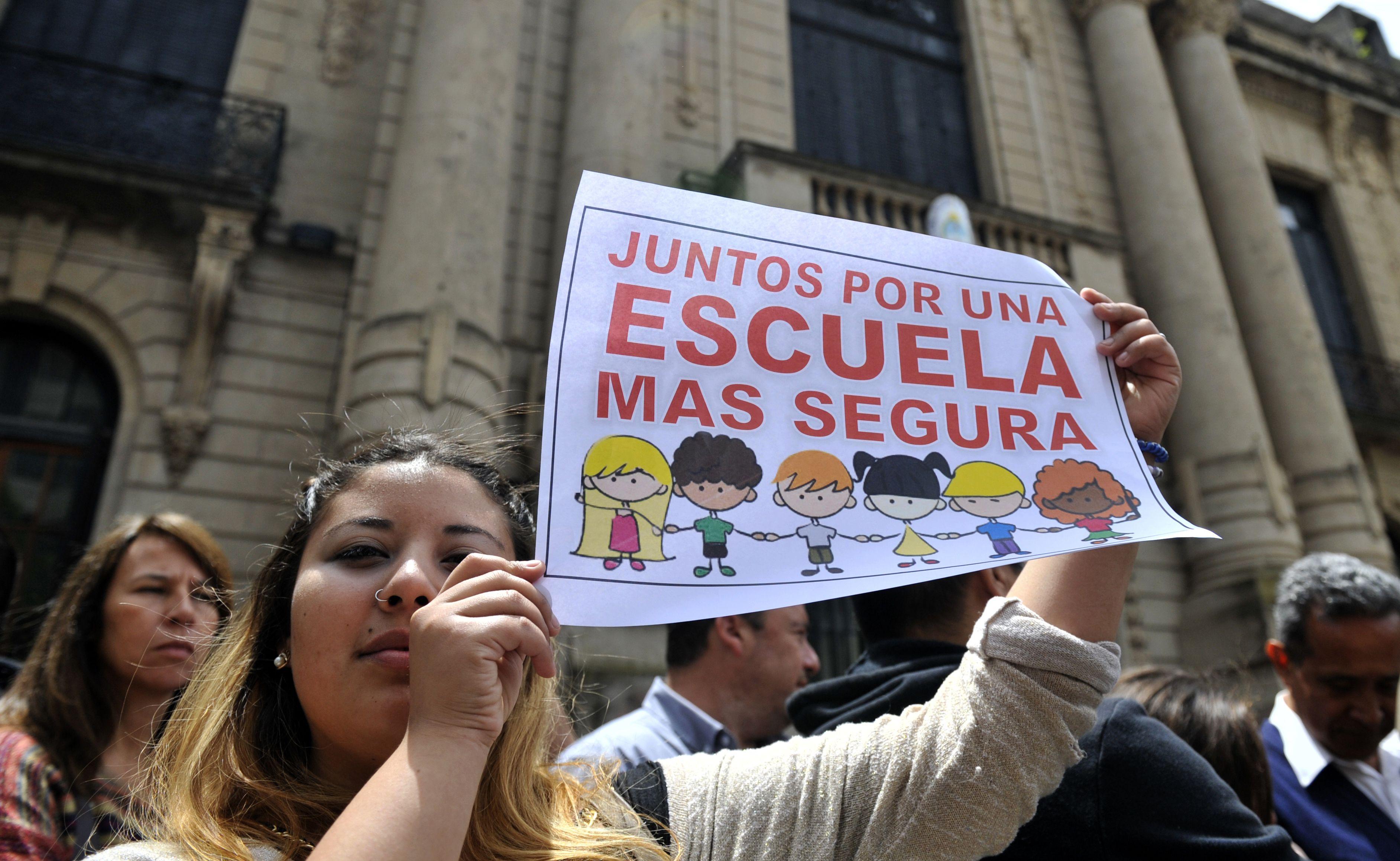 Los padres exigen condiciones de seguridad en el tradicional edificio de Córdoba y Balcarce. (Virginia Benedetto / La Capital)