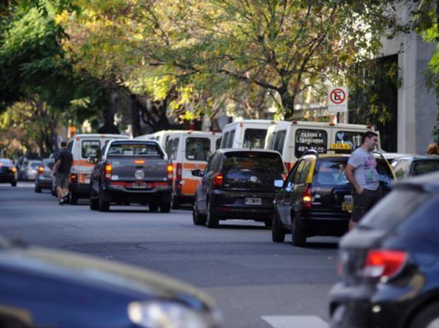 La ordenanza busca desterrar el estacionamiento en doble fila frente a las escuelas. (Foto de archivo)