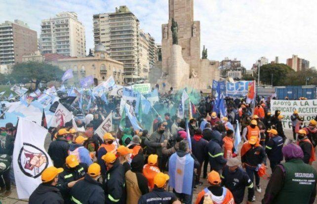 Multitud. Marcha a favor de la intervención en Vicentin