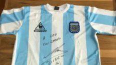 La camiseta autografiada por Diego Maradona se vende a $ 15 millones en las plataformas de comercio online.