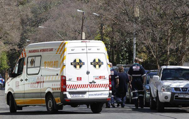 A casa. La ambulancia que lleva a Mandela abandona el hospital.