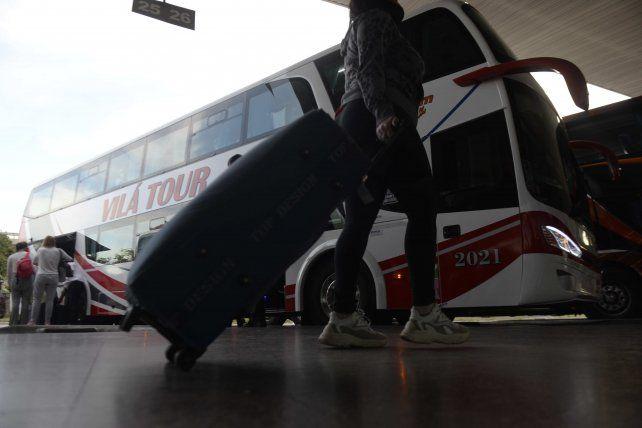 MALETEROS. Quieren formalizar el ejercicio de sus actividades en la estación de ómnibus.