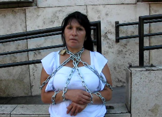 Una mujer que teme por la vida de su hijo se encadenó en las puertas de Tribunales