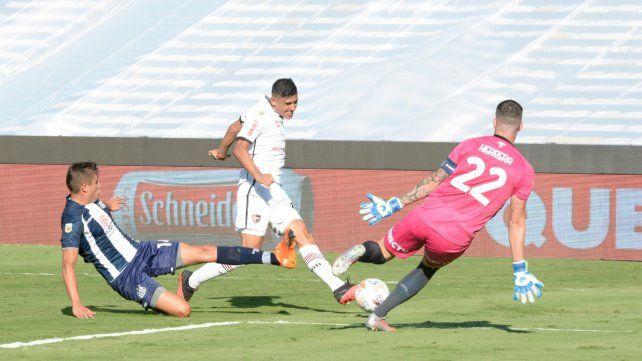 Matías Orihuela saca el derechazo frente a Herrera que pegará en el palo derecho.