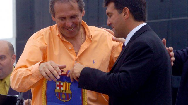 Aimar recibe como subsecretario de Deportes de Santa Fe al presidente del Barcelona Joan Laporta, en Arroyo Seco en octubre de 2006.