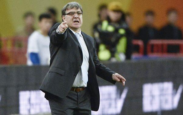 Trata de ordenarlos. Martino da indicaciones durante el partido jugado en China.