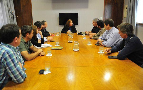 Encuentro. La intendenta encabezó ayer una reunión con el experto Elías Soae Freue.