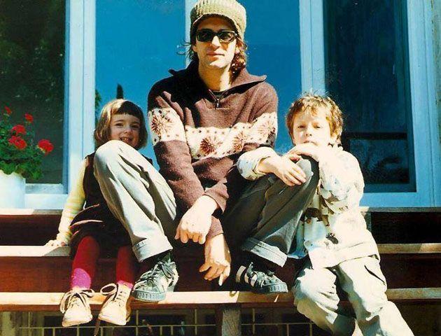 Gustavo junto a sus hijos pequeños.