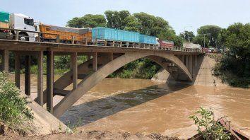 En vilo. Los usuarios alertaron por el estado general del puente. Temían que colapsara ante el alto tránsito.