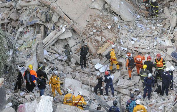 Convertido en polvo. El edificio central de un complejo compuesto por tres torres en Salta y Oroño se desplomó por completo en un episodio inédito en Rosario.