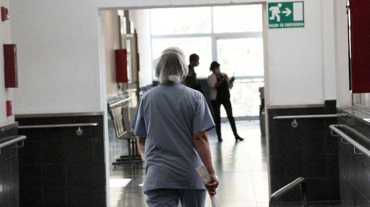 El personal de salud sigue trabajando a destajo en medio de la pandemia.