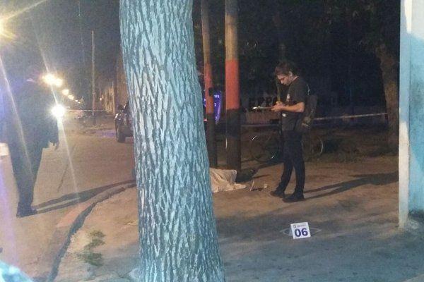 Ottone y La República. La policía trabaja en la escena del crimen. La víctima recibió varios impactos. (Foto Twitter: @Rosarioalerta)