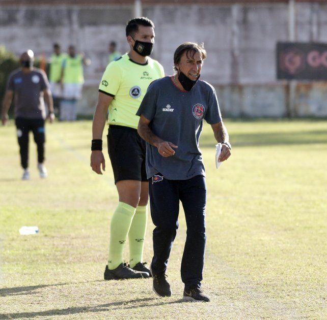A full en cada partido. El técnico charrúa no para en dar indicaciones cuando juega su querido Central Córdoba.