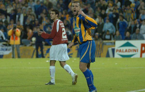 Emanuel Villa en el partido de setiembre de 2005 ante Inter. Fue el último partido internacional del canalla en el Gigante.