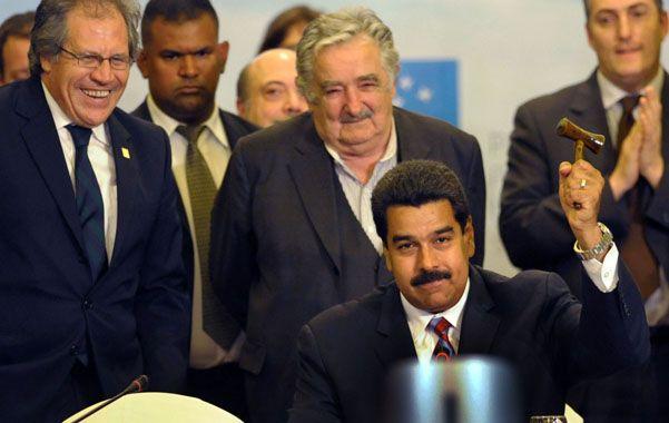 martillazo. El venezolano Nicolás Maduro bromea en la cumbre de Mercosur realizada este viernes en Montevideo.