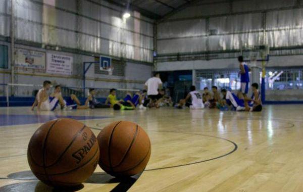 El piso de madera le permite a los chicos participar del campeonato de básquet como exige la asociación del deporte.