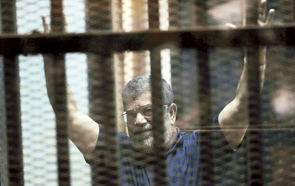 Desafiante. Mohamed Mursi reacciona tras las rejas al escuchar la condena a muerte en su contra.