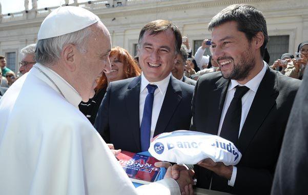 Genio y figura. Francisco recibe los regalos de manos de Matías Lammens