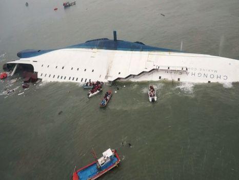 Equipos de rescate movilizaron barcos y helicópteros para evacuar a los pasajeros