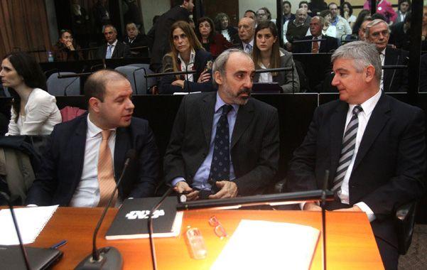 Juan José Galeano. El ex juez (en el centro) es uno de los juzgados junto a Menem y Anzorreguy