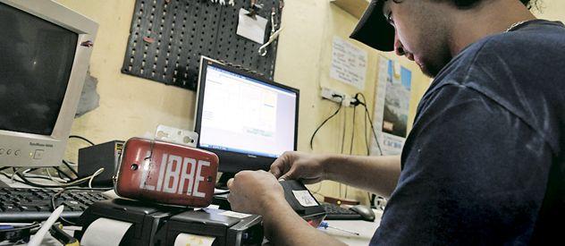 Los talleres donde se reajustan los relojes de taxis y remises estuvieron a full a escasas horas de la entrada en vigencia de los nuevos valores de los viajes