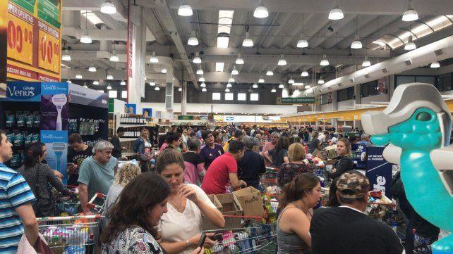 Escenas de hacinamiento en los supermercados de la ciudad