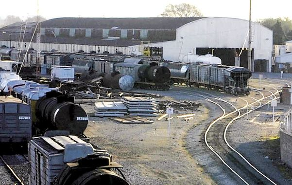 Muy cerca. Terrenos vacíos y construcciones conviven con locomotoras que generan ruidos toda la noche