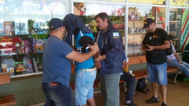 Efectivos de la Federal con el imputado de narcotráfico en Misiones.