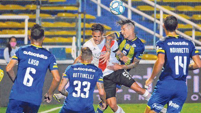 Gol en contra. Damián Martínez cabecea hacia el arco de Miño y anota el segundo de River. Laso