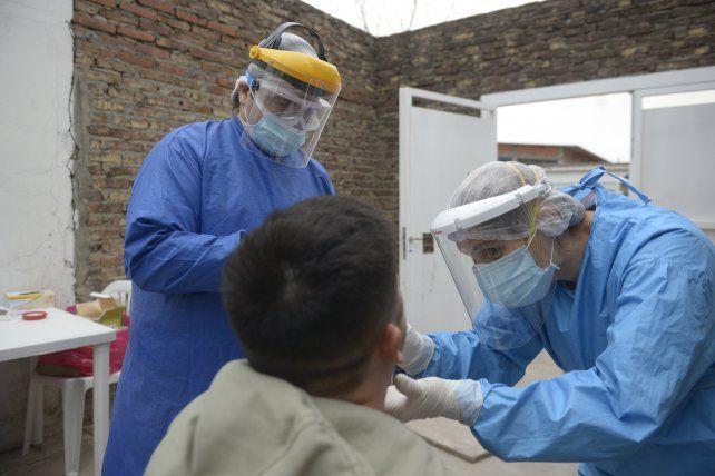 Pese al aumento de casos de Covid-19, bajan los contagios de los agentes de salud