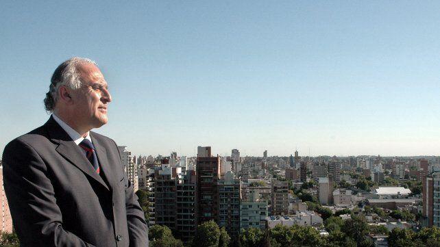 23/12/05 Retrato del intendente Miguel Lifschitz en un sitio Emblemático de la ciudad, la terraza de los silos Davis. Foto: Enrique Rodriguez Moreno