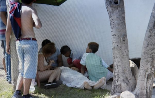 Dolor. Los familiares de Lucas rodean su cuerpo mientras esperan la asistencia. (imagen Canal 5)