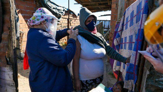 Parece postal norteña pero no. Una mujer es vacunada en una vivienda de calle Schweitzer del barrio Stella Maris de Rosario.