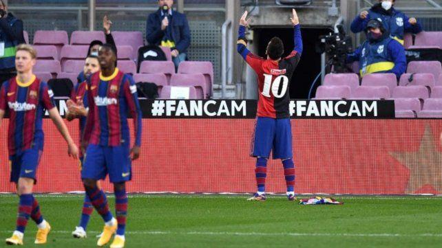 """Messi convirtió el cuarto gol ante Osasuna el pasado 29 de noviembre y se sacó la camiseta de Barcelona y para mostrar la rojinegra que había usado el """"10"""" en su paso por la lepra en 1993."""