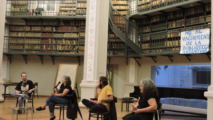 Durante las actividades del fin de semana, los carteles de No al vaciamiento de la Biblioteca aparecieron en el Salón de Lectura.