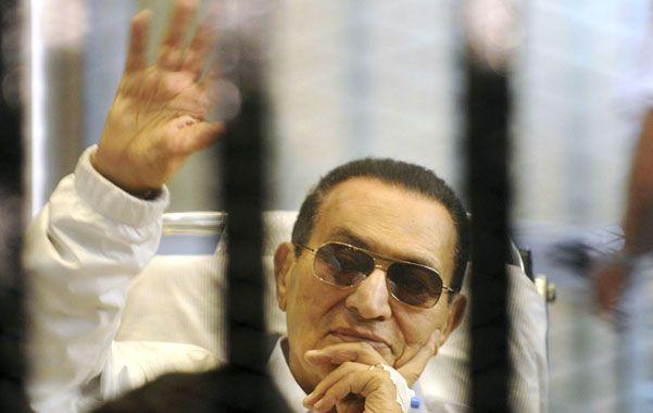 Tranquilo. Mubarak saluda durante una de sus audiencias ante los tribunales. Quedaría libre en las próximas horas.
