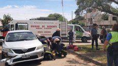 Policías y bomberos asisten a Juan José Kuhnle, el profesor de Matemática que fue atropellado por su propio padre.
