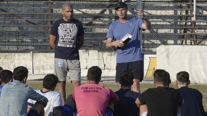 Puesta a punto. Diego Oyarbide charla con el plantel de cara al encuentro ante Yupanqui.