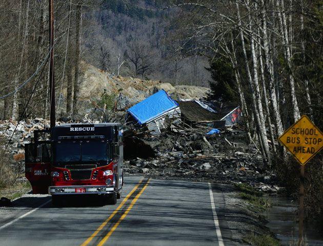 El deslizamiento de tierra derrumbó diques a lo largo de la autopista estatal 530. (Foto; AP)